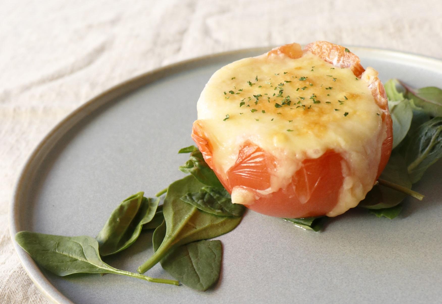 トマトと温泉たまごのチーズ焼き