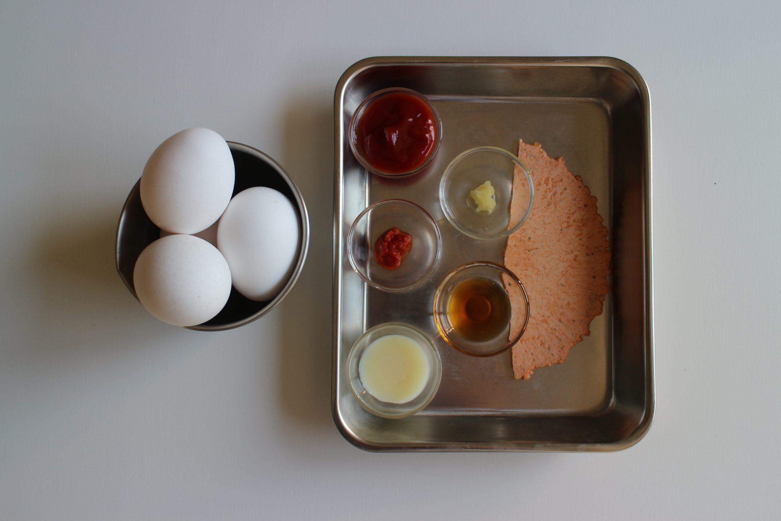 海老せんべいは細かく割っておく。 沸騰した湯に冷蔵庫から出したたまごをそっと加えて、9分茹でる。 (時々まぜる)