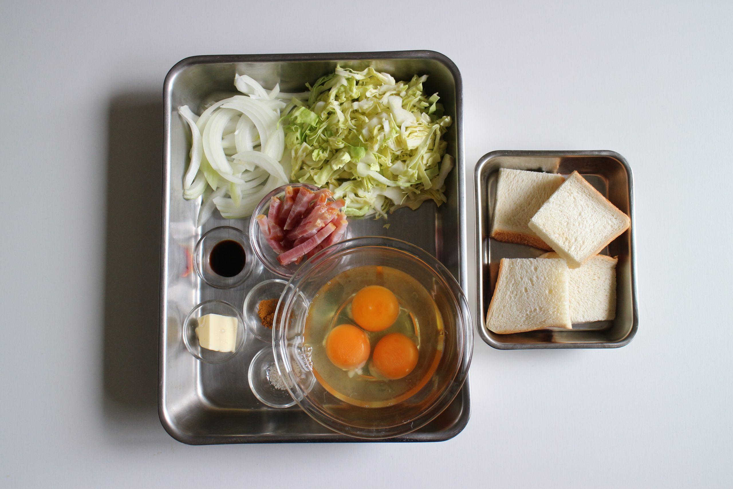 ベーコンは食べやすい大きさ、玉ねぎはスライス、キャベツは太目の千切りにする。