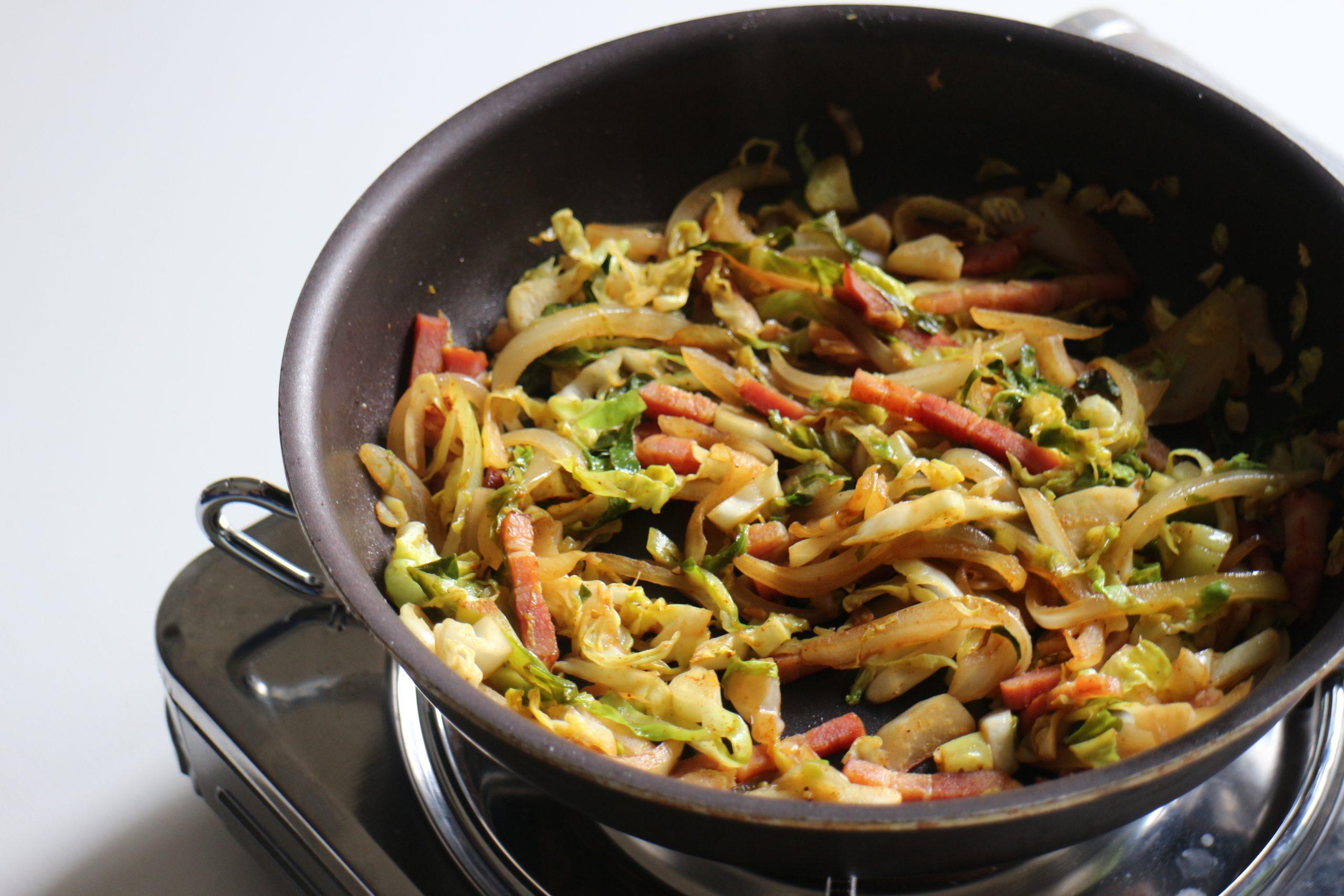 さらに★を加えて10分程弱火でじっくり炒め、しんなりしてきたらしょうゆ、カレー粉を加えて仕上げる。