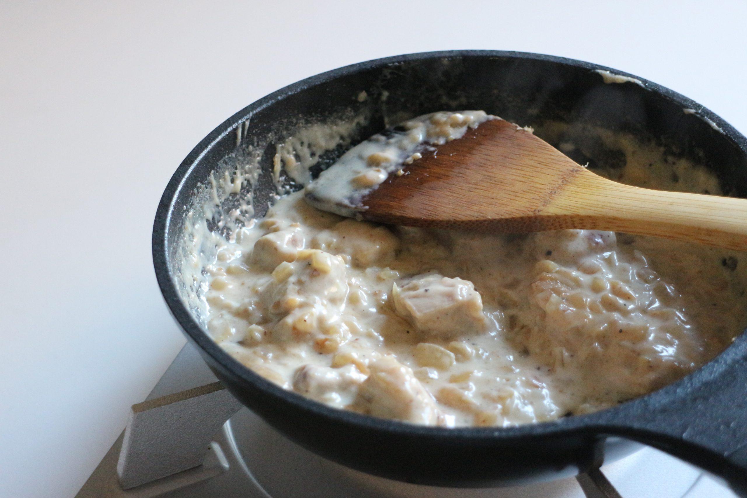小麦粉を加えて粉っぽさがなくなったら牛乳を少しずつ加えてとろみを付ける。