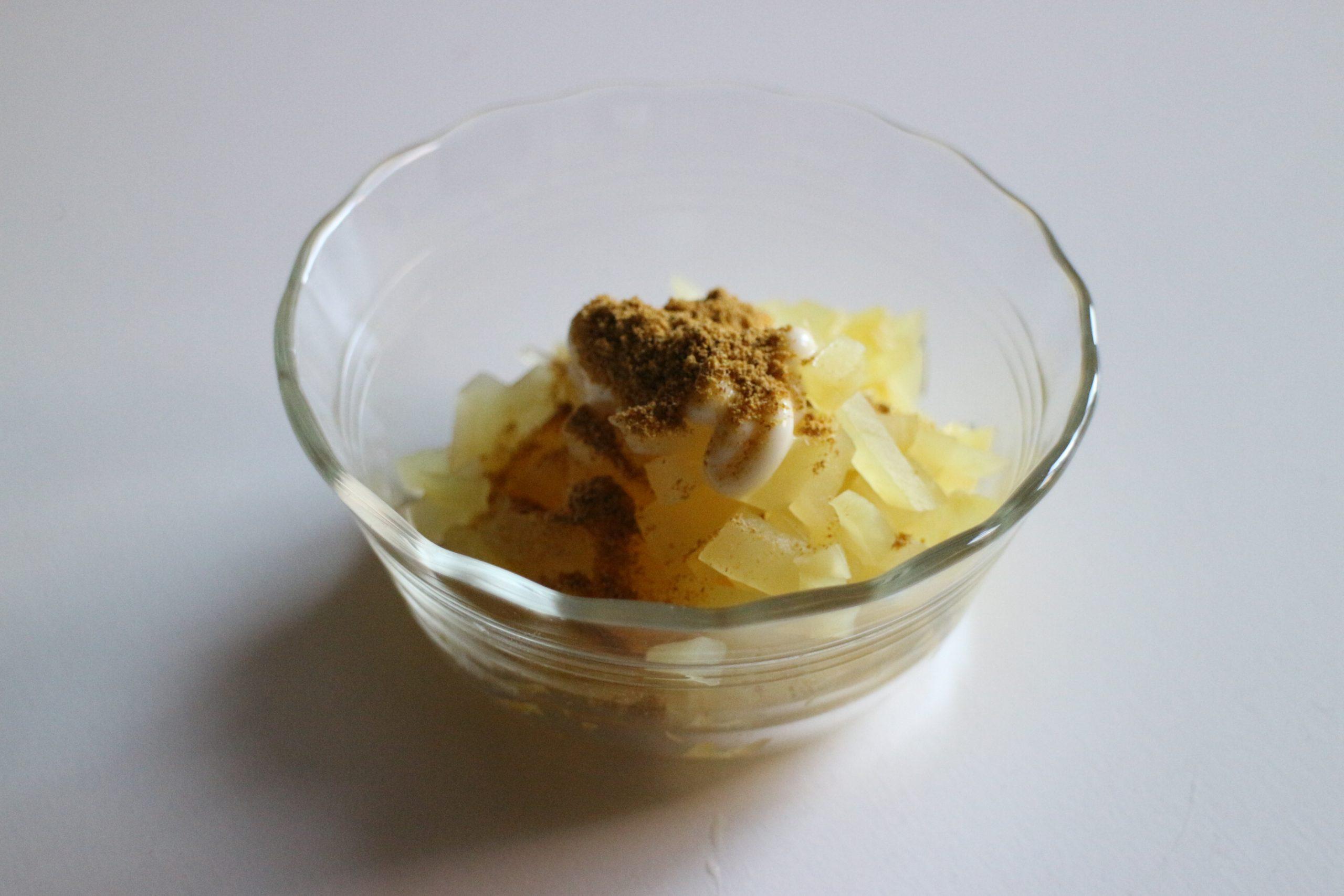 粗みじん切りをしたたくあんとマヨネーズ、カレー粉を合わせてよく混ぜ、皿に盛り付けたポテトサラダの上に乗せる。
